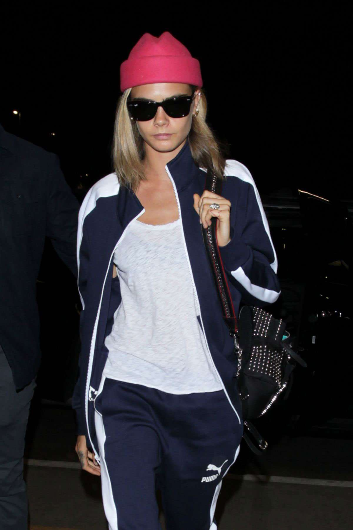cara-delevingne-arriving-lax-airport-los-angeles-002