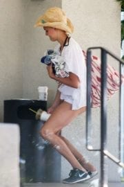 Kelly Rohrbach Throwing out some trash at a valet in Santa Monica 7