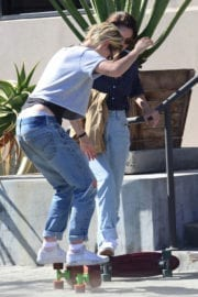 Kristen Stewart in Ripped Jeans Out in West Hollywood - 16/09/2016