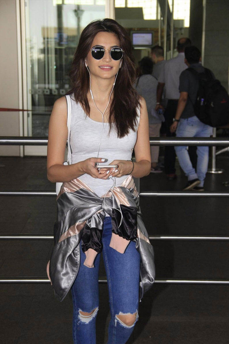 Kriti Kharbanda at From Airport Photos