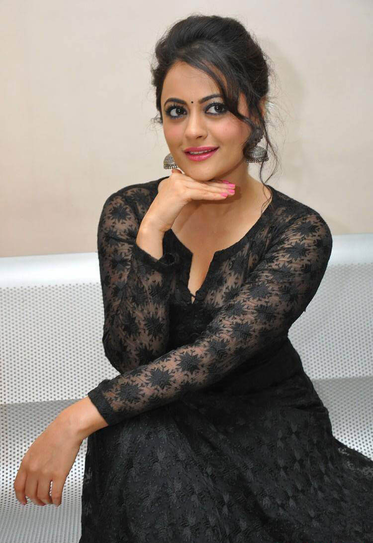 Shruti Sodhi at Meelo Evaru Koteeswarudu Movie Audio Launch Photos