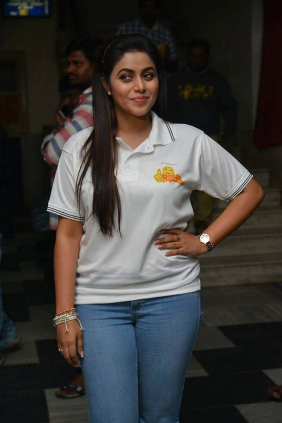 Poorna at Jayammu Nischayammu Raa Theatre Coverage