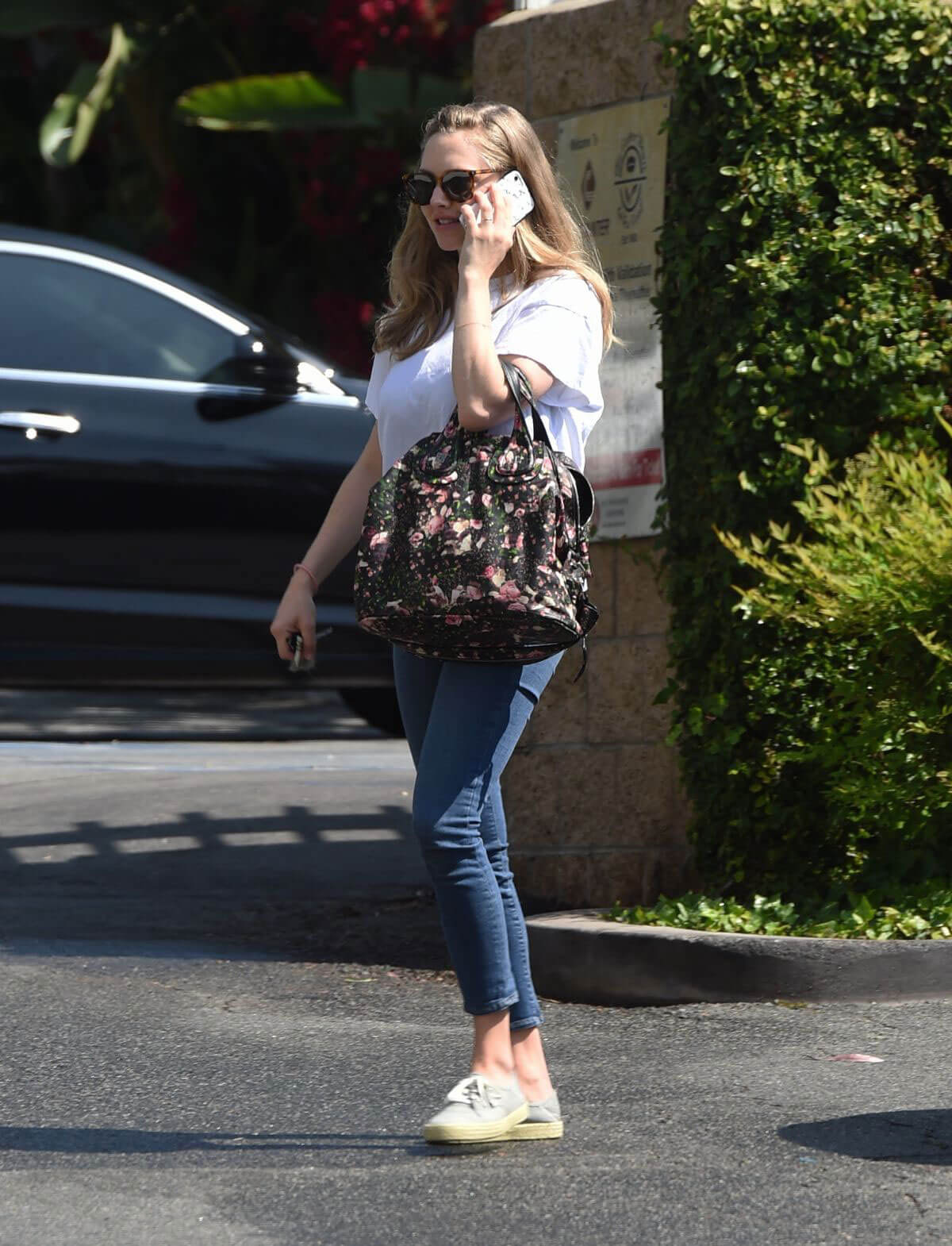 Amanda Seyfried at Coffee bean & Tea Leaf in Los Angeles