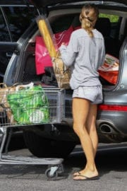 Elisabetta Canalis Out for Grocery Shopping at Bristol Farms in Beverly Hills