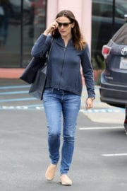 Jennifer Garner Stills in Jeans Out in Pacific Palisades