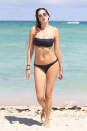 Aída Yéspica wears navy blue color Bikini & display her toned abs on the Miami Beach