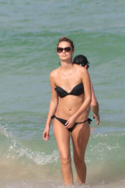 Yana Dubnik Stills in a Black Bikini at the Beach in Miami Beach