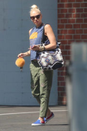 Pregnant Gwen Stefani wera Sleeveless Top Out in Los Angeles