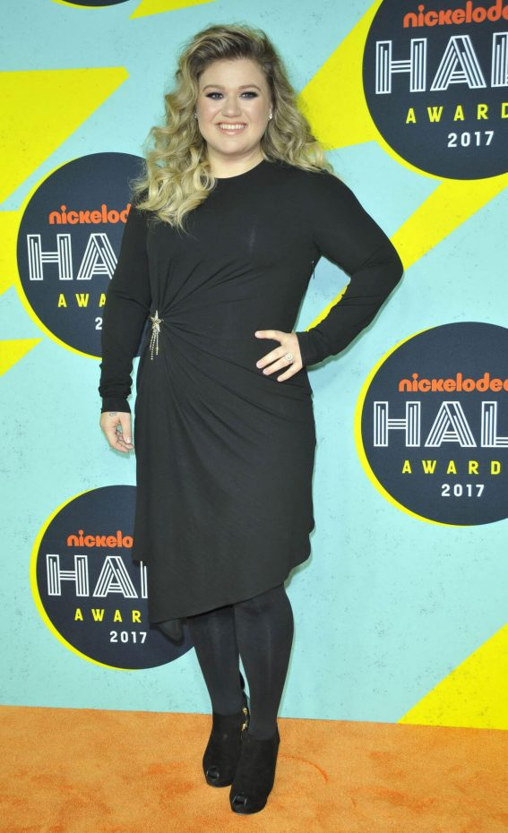 Kelly Clarkson Stills at 2017 Nickelodeon Halo Awards in New York