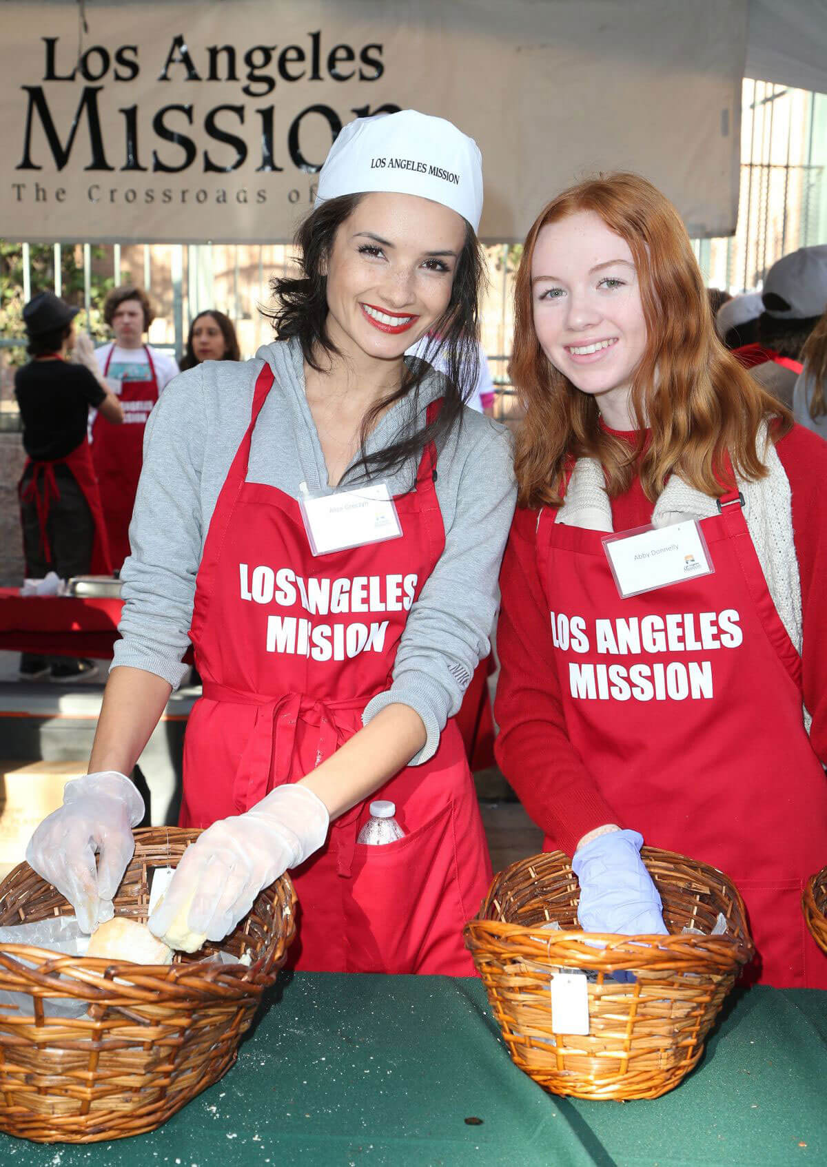 Alice Greczyn Stills at LA Mission Serves Christmas to the Homeless in Los Angeles 2017/12/22