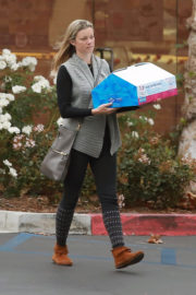 Amy Smart Stills Out and About in Westlake Village 2017/12/20
