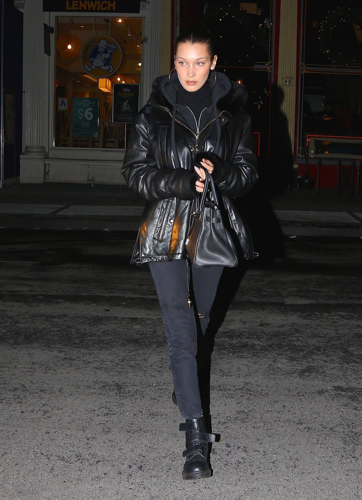 Bella Hadid Stills Arrives at Her Apartment in New York 2017/12/14
