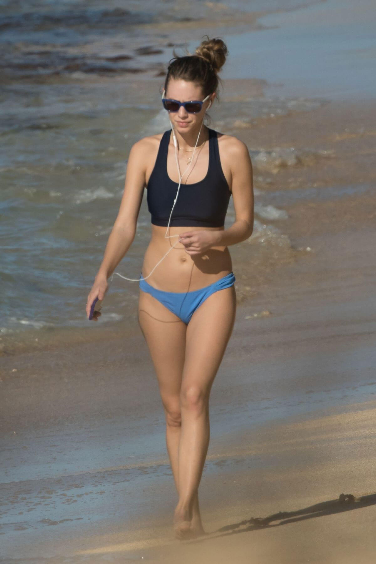 Dylan Penn Stills in Bikini at a Beach in Hawaii 2017/12/28