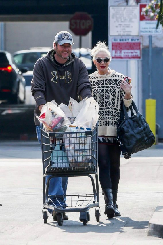Gwen Stefani and Blake Shelton Stills Shopping at Gelson's Supermarket in Los Angeles 2017/12/17