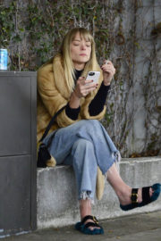Jaime King Stills Chats on Her Cell Phone in Beverly Hills 2017/12/21