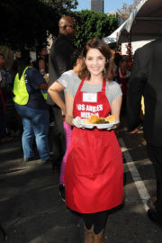 Jen Lilley Stills at Los Angeles Mission Thanksgiving Meal for the Homeless in Los Angeles 2017/11/22