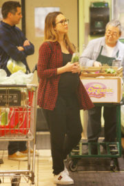 Jessica Alba Stills Shopping for Grocery in Beverly Hills 2017/12/11