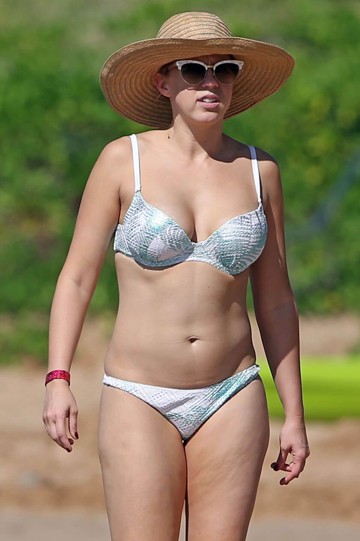 Jodie Sweetin Stills in Bikini at a Beach in Maui 2017/12/27