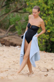 Lara Bingle Stills in Swimsuit on the Beach in Hawaii 2017/11/24