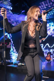 Louise Redknapp Stills Performs Her First Live Show at Chelsea Football Club 2017/12/22