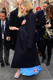 """Margot Robbie Stills at Leaving """"The View"""" in New York 2017/12/13"""