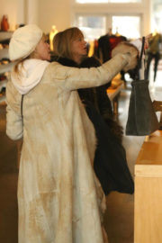 Melanie Griffith and Goldie Hawn Stills Shopping at Cos Bar on Christmas Eve in Aspen 2017/12/24