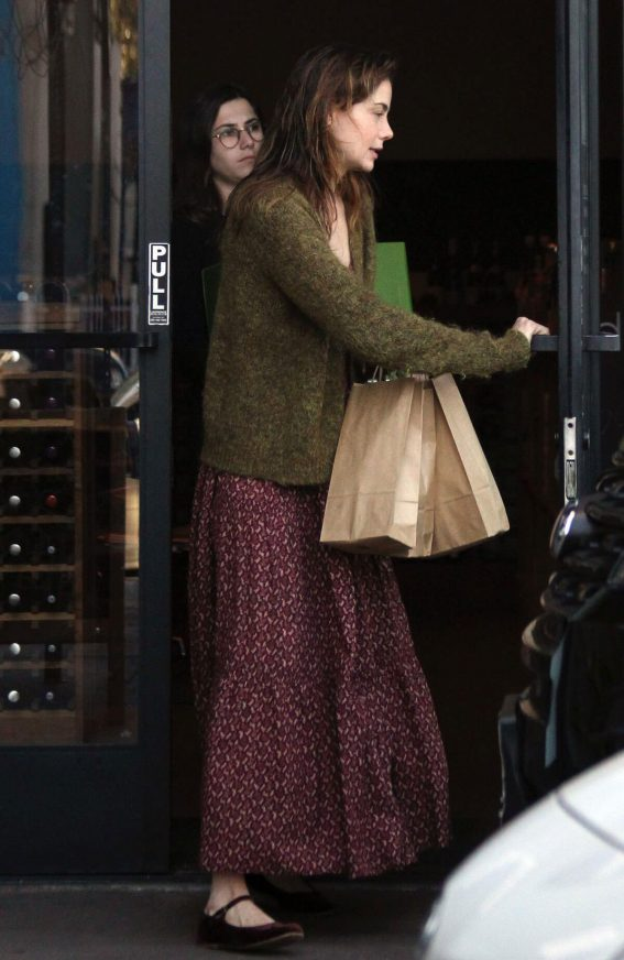 Michelle Monaghan Stills Out Shopping Wine in Los Angeles 2017/12/01