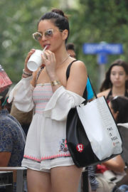 Olivia Munn Stills Out for Lunch in Miami 2017/12/26