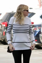 Pregnant Kirsten Dunst Stills Out and About in Santa Monica 2017/12/20