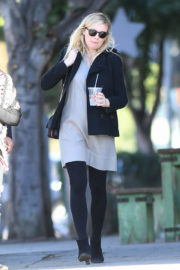 Pregnant Kirsten Dunst Stills Out for Lunch in Los Angeles 2017/12/21