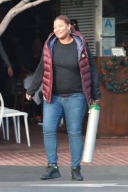 Queen Latifah Stills Out for Lunch at Mauro's Restaurant in Los Angeles 2017/12/24
