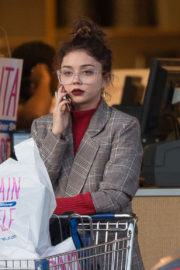 Sarah Hyland Stills Out Shopping in Los Angeles 2017/12/04
