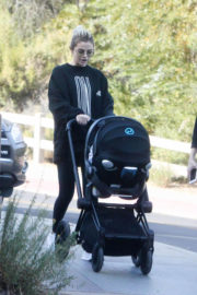 Selena Gomez Stills Out Hiking in Los Angeles 2017/12/18