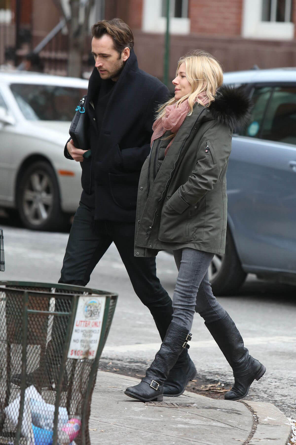 Sienna Miller Stills Out for Lunch with a Friend in New York 2017/12/15