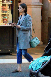 Willa Holland Stills Shopping at The Grove in Los Angeles 2017/12/04