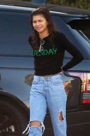 Zendaya Stills in Ripped Jeans Arrives at a Studio in Universal City 2017/12/27