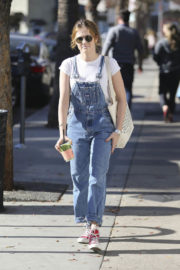 Zoey Deutch Stills Out for a Juice to Go in Los Angeles 2017/12/28