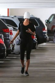 Alessandra Ambrosio Stills in Leggings Arrives at a Gym in Brentwood 2018/01/30