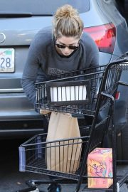 Ashley Greene Stills Shopping at Pavilions Grocery Store in Beverly Hills 2018/01/25