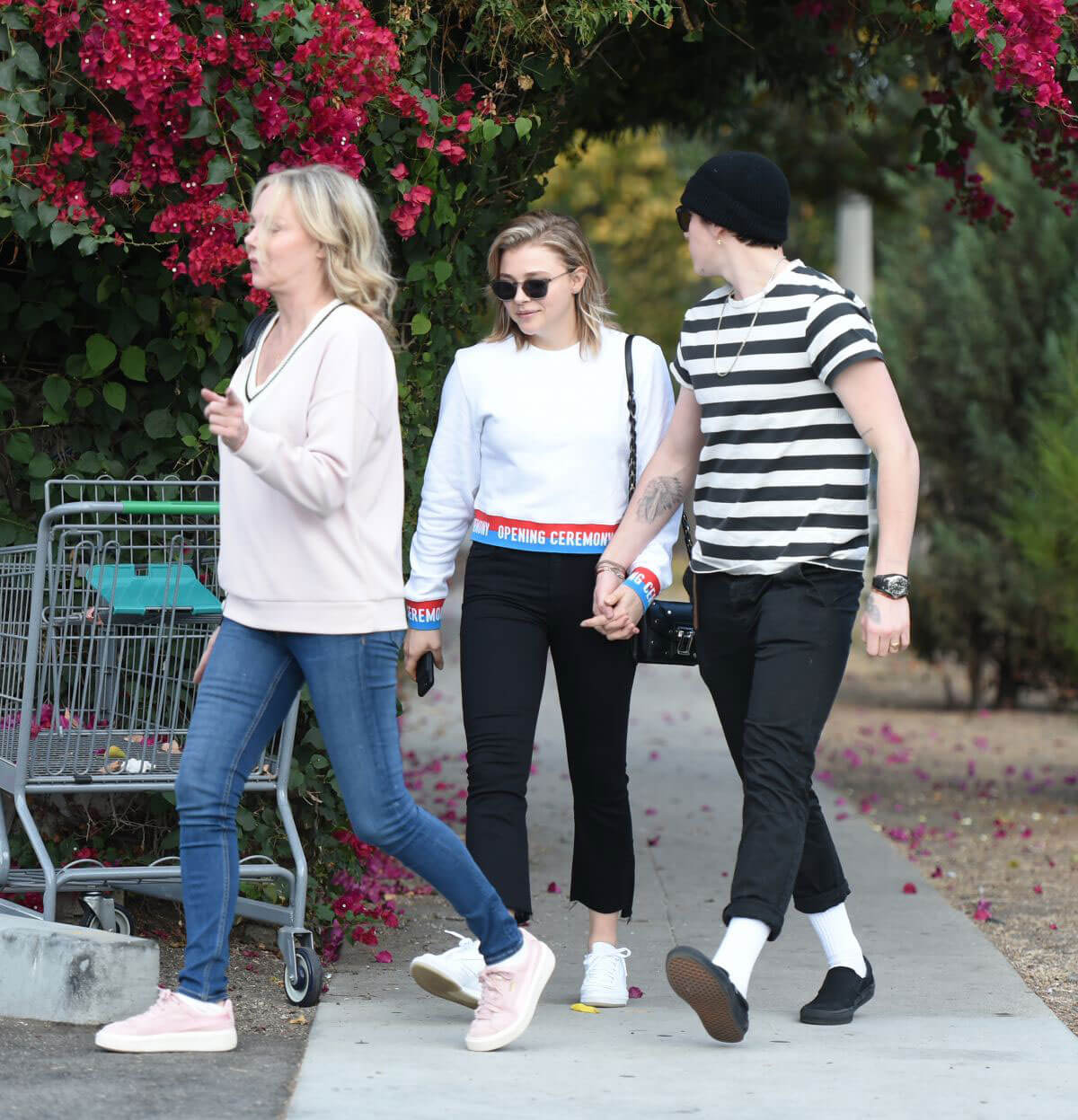 Chloe Moretz Stills Out with Her Mom and Brooklyn Beckham in Los Angeles 2017/11/18