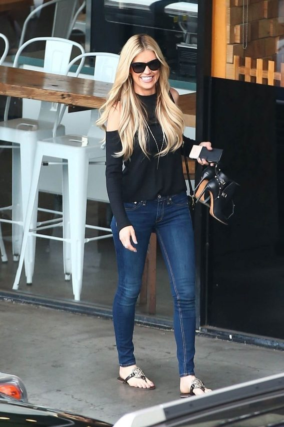 Christina El Moussa Stills Leaves a Coffee Shop in Brentwood 2018/01/05