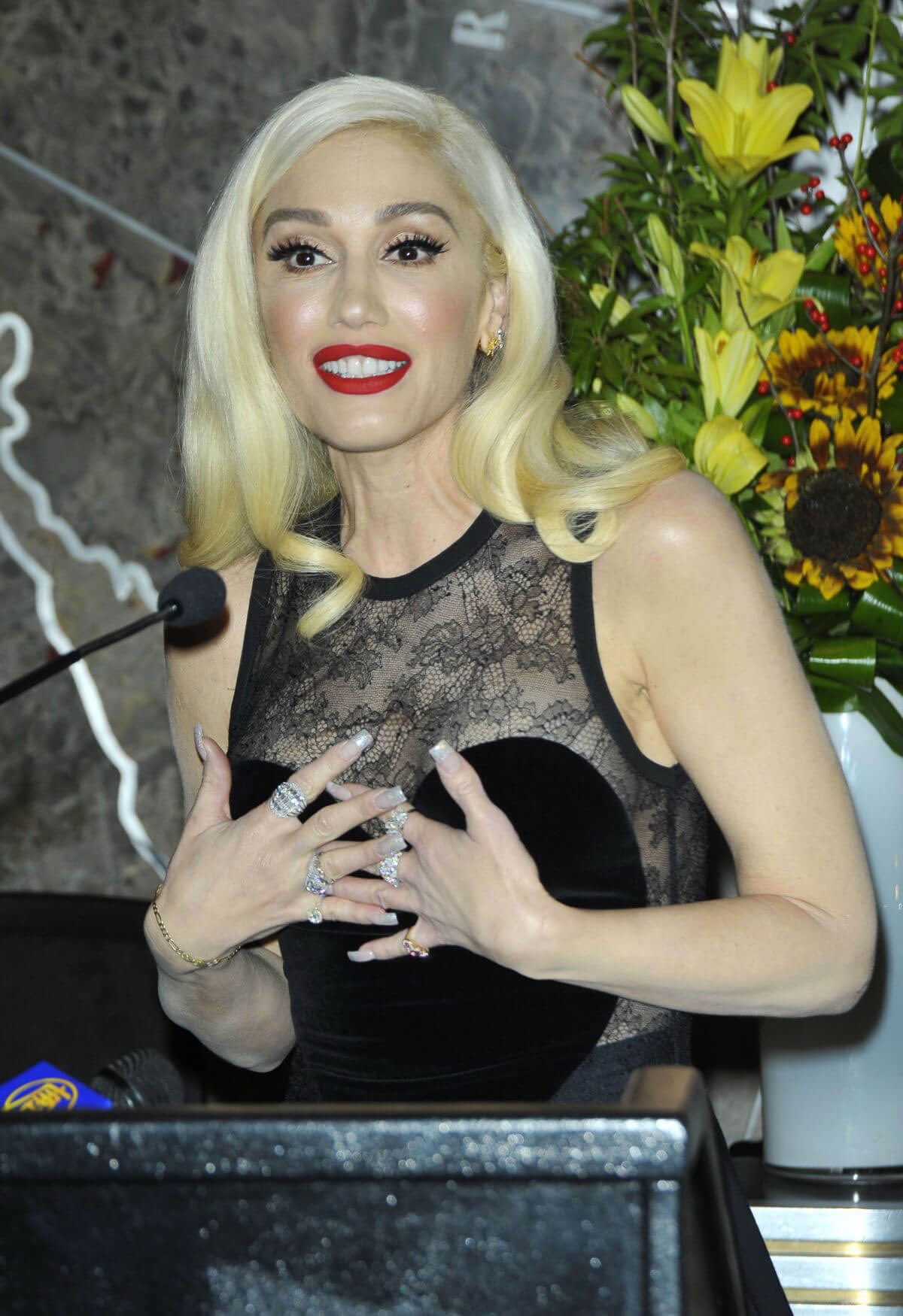 Gwen Stefani Christmas >> Celebskart - Latest Celebrities Photos, Bikini Photos, Swimsuits and Models