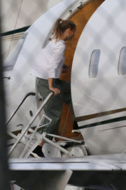 Gwyneth Paltrow Stills Boarding in a Private Jet in Van Nuys 2018/01/02