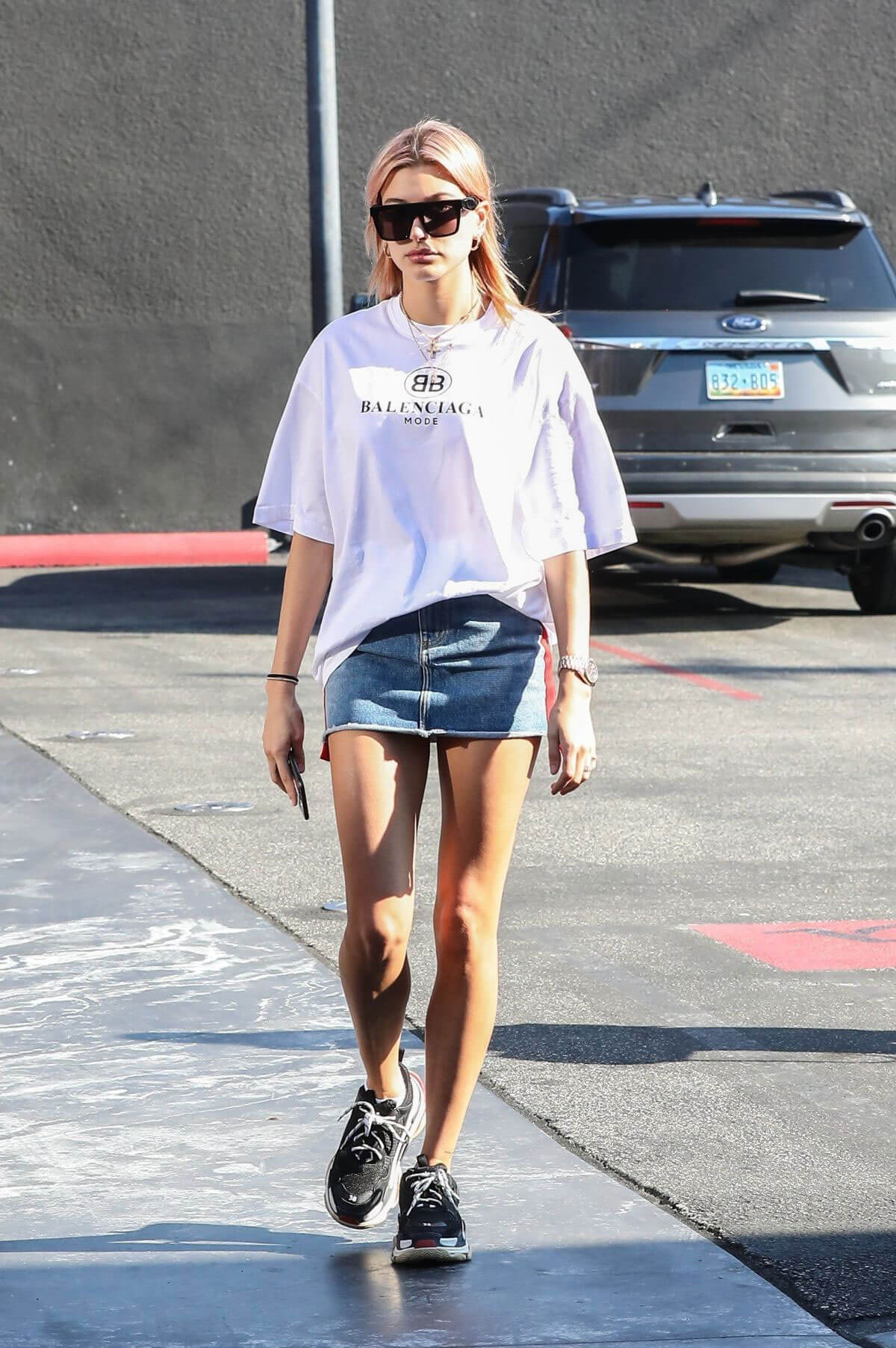 Hailey Baldwin Stills at Zinque Cafe in West Hollywood 2018/01/11