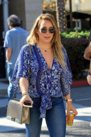 Hilary Duff in Ripped Jeans Out for Lunch in Los Angeles 2017/11/14