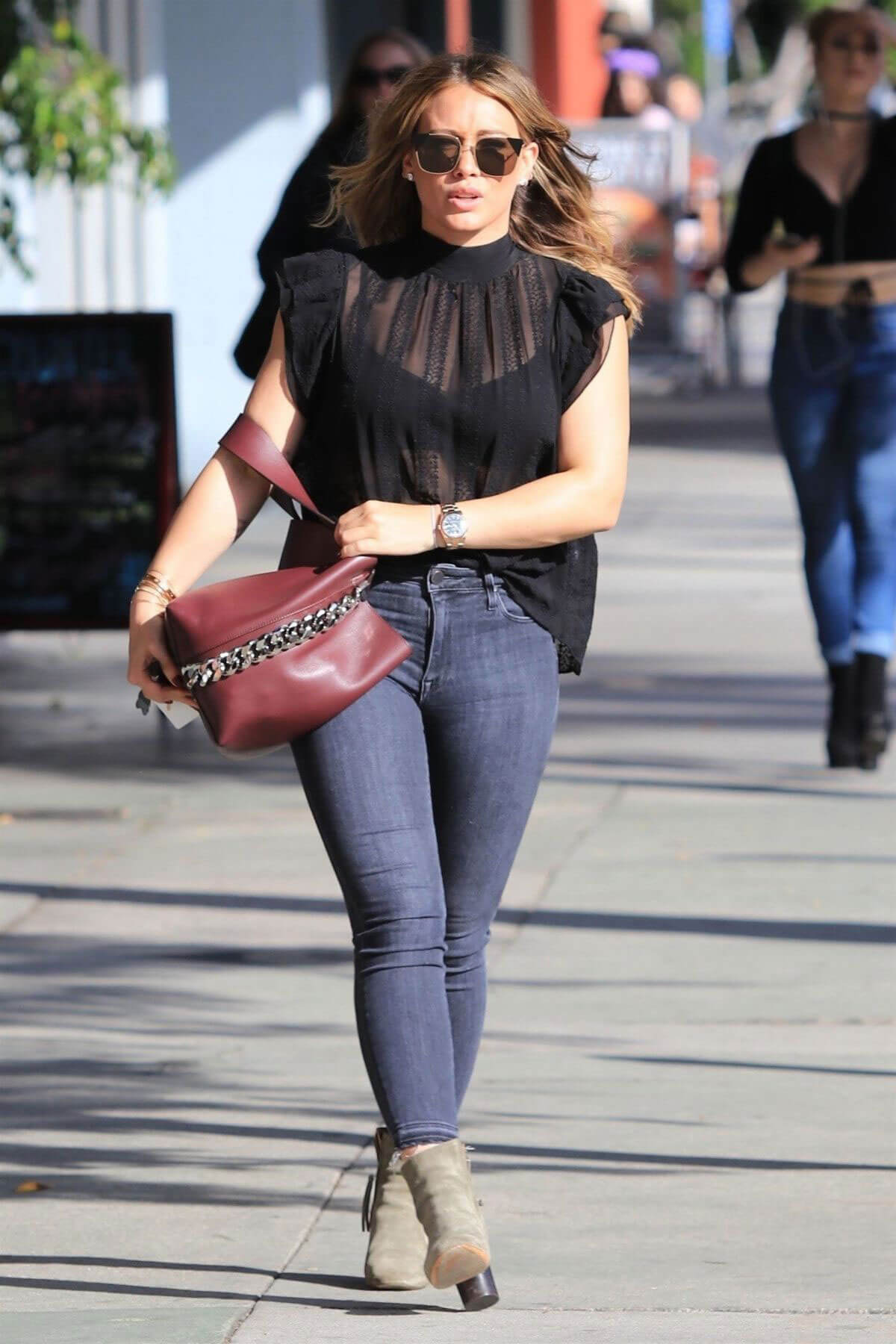 Hilary Duff Stills Out for Lunch in Studio City 2017/11/17