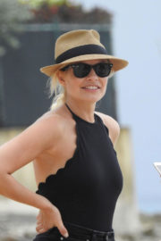 Holly Willoughby Stills in Swimsuit at a Beach in Caribbean 2017/12/31