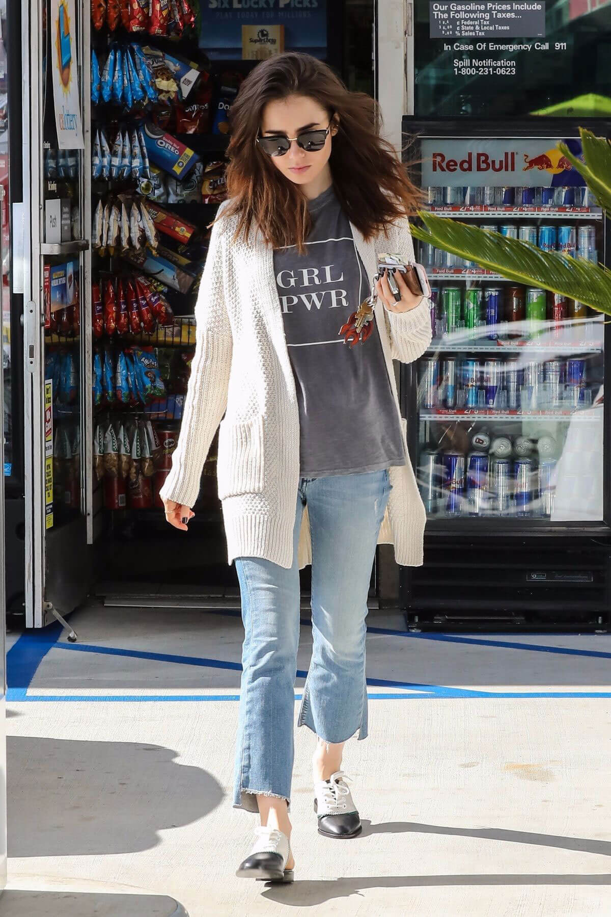 Lily Collins Stills at a Gas Station in Los Angeles 2017/11/18