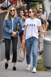 Olivia Wilde Stills in Jeans Out with a Friend in West Hollywood 2018/01/30