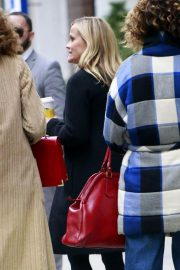 Reese Witherspoon Stills at Starbucks in Los Angeles 2018/01/29